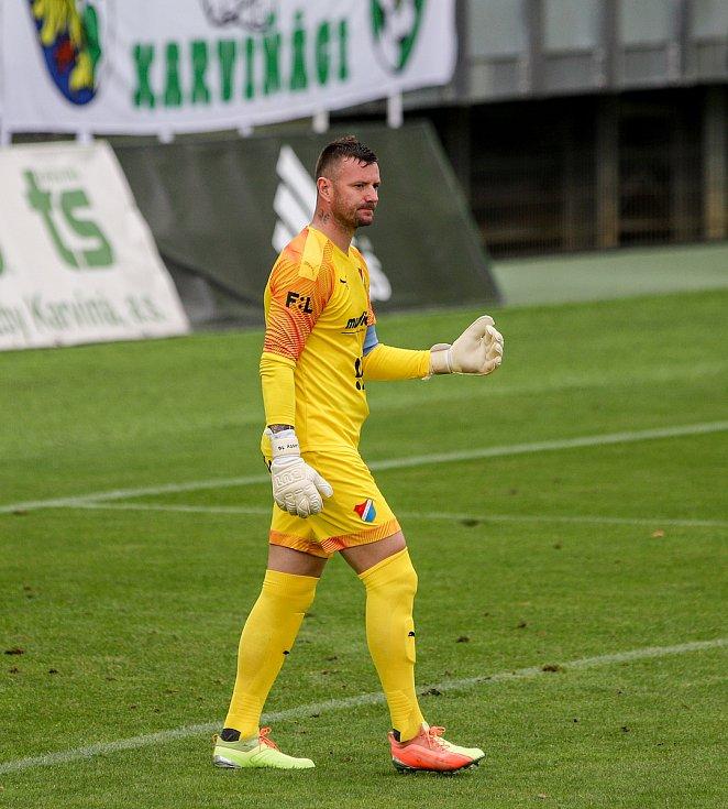 Utkání 1. kola fotbalové Fortuna ligy: MFK Karviná - FC Baník Ostrava, 23. srpna 2020 v Karviné. Brankář Baníku Jan Laštůvka.