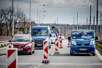 Největší problémy v těchto dnech představují práce na Svinovských mostech, kde se jezdí v jednom pruhu a místy doprava nuceně zcela stojí. Na trase od Nové Vsi po kampus VŠB je několik zúžených úseků se sníženou rychlostí.