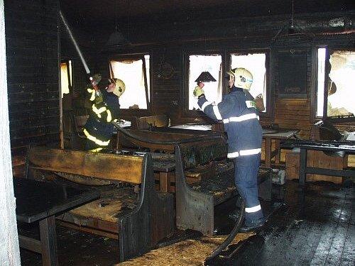 Hasiči likvidovali požár pizzerie Gondola v Karviné.