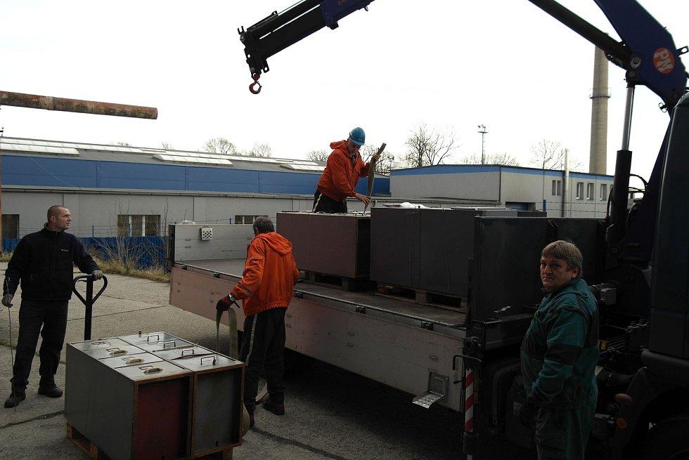 Bánští záchranáři (v oranžovém) a povrchoví pracovníci DIAMO stěhují desítky tun hornických spisů.