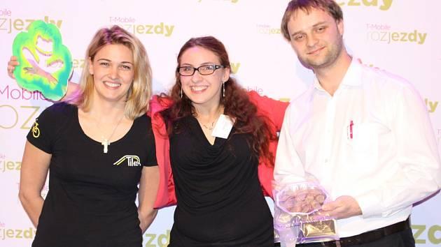 Tereza Vašnovská (na snímku uprostřed) s projektem Hry na chodník zvítězila v 7. ročníku soutěže T-Mobile Rozjezdy v Moravskoslezském kraji. Druhé místo obsadila Petra Krhutová (na snímku vlevo), třetí pak Pavel Karch (na snímku vpravo).