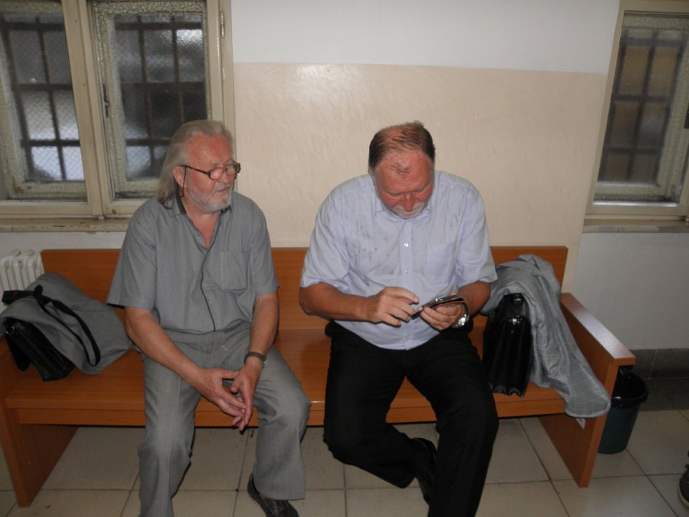 Polistopadový ministr vnitra Tomáš Hradílek (vlevo vedle svého advokáta Tomáše Sokola).