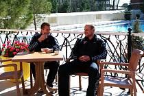 Pravou tureckou kávu si většinou po obědě na hotelové terase vychutnává dvojice Martin Lukeš – Václav Svěrkoš, kterým se na sluníčku moc líbí