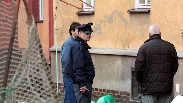 Policisté stojí pod oknem, ze kterého pravděpodobně vyskočila třicetiletá žena.