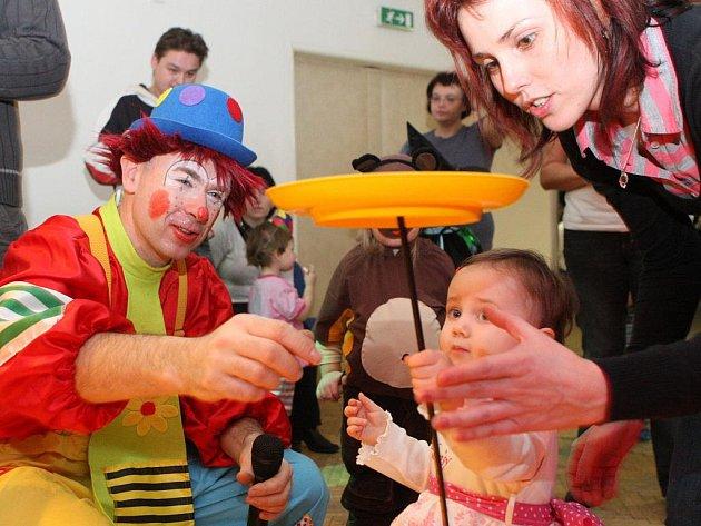Spiderman, barman, princezna, ale i jahoda, citron a další ovoce přišli v neděli dopoledne na Karneval s klaunem Hopsalínem.