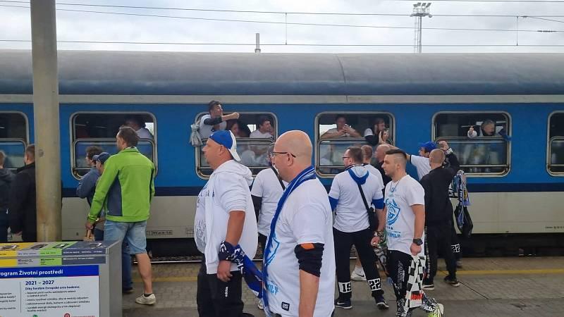 Fanoušci Baníku odjíždějí vlakem do Olomouce.