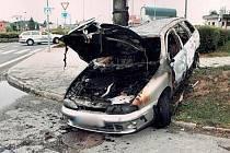 V kufru tohoto vozidla našla policie ohořelé tělo zavražděné ženy.
