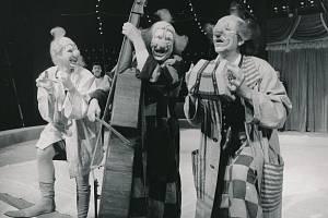 """Představení """"August August, august"""" – Stanislav Malý jako Bumbul uprostřed, spolu s ním Tomáš Jirman jako August (vpravo) a Marie Logojdová jako Lulu (vlevo)."""