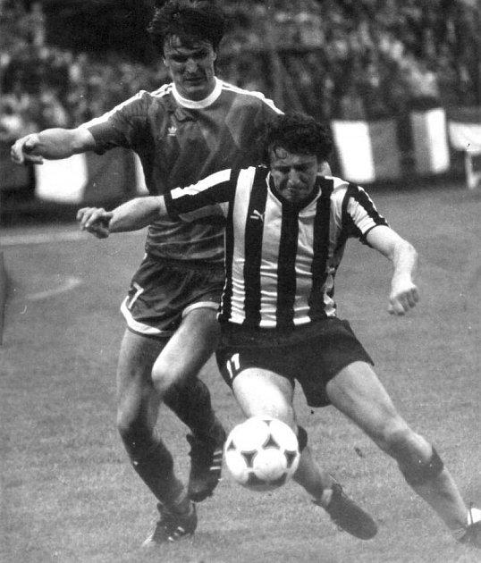 Jiří Bartl se podílel na dvou vítězstvích Vítkovic nad Baníkem Ostrava vjedné sezoně ( 1990/1991). Na snímku vsouboji sobráncem soupeře Romanem Sialinim.