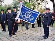 Během oslav sto desátého výročí převzali polanečtí dobrovolníci z rukou svého starosty hasičský prapor.