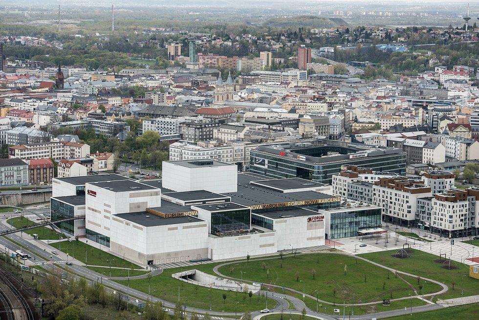 Pohled z výšky na ostravské OC Forum Nová Karolina a okolí.