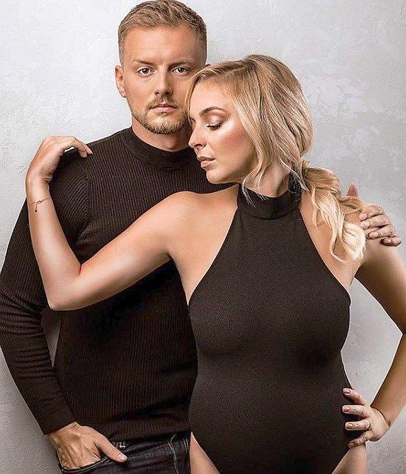 Přeporodní fotorgafie s partnerem Reném, kterou Markéta Konvičková zveřejnila na instagramu.