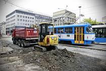 Rekonstrukce inženýrských sítí pod povrchem pravého jízdního pruhu ulice Nádražní v centru Ostravy.
