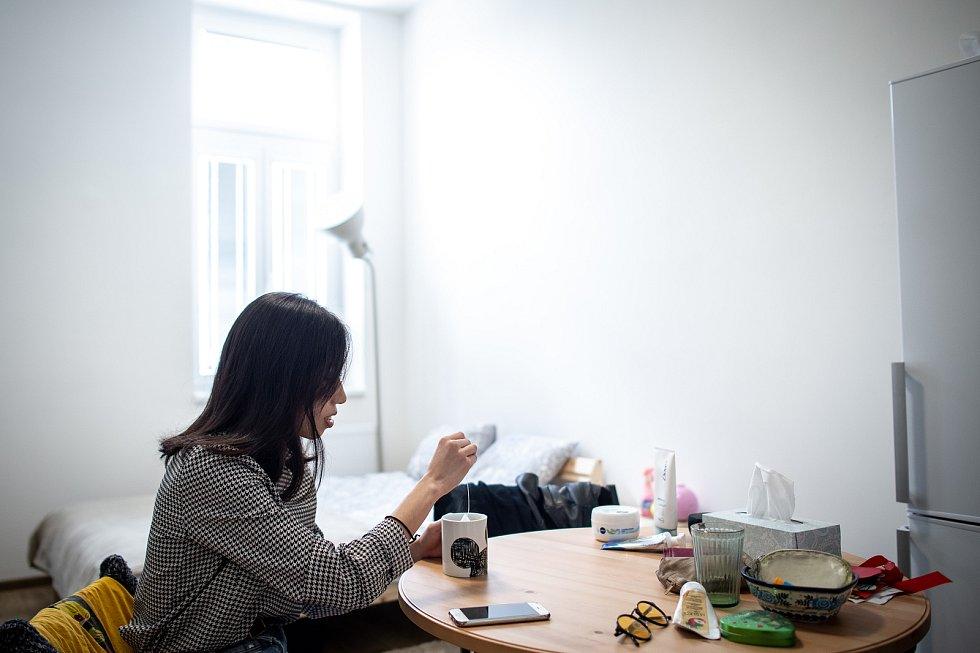 Jeden den s baletkou Shino Sakurado, 5. dubna 2019 v Ostravě. Nezbytný relax doma před večerním představení.