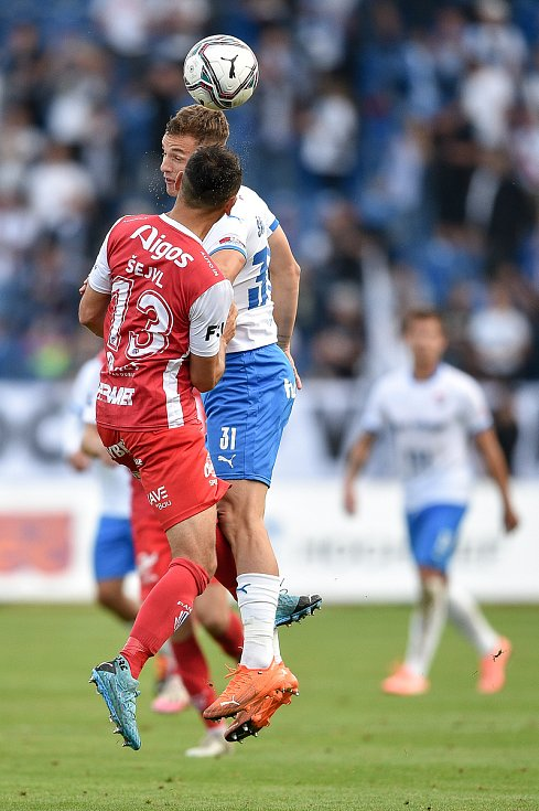 Utkání 4. kola první fotbalové ligy: FC Baník Ostrava - FK Pardubice, 19. září 2020 v Ostravě. (zleva) Martin Šejvl z Pardubice a Ondřej Šašinka z Ostravy.