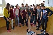 Na výrobě preventivních fotoseriálů spolupracují s vedením  obvodu Mariánské Hory a Hulváky žáci osmých tříd Základní školy Gen. Janka.