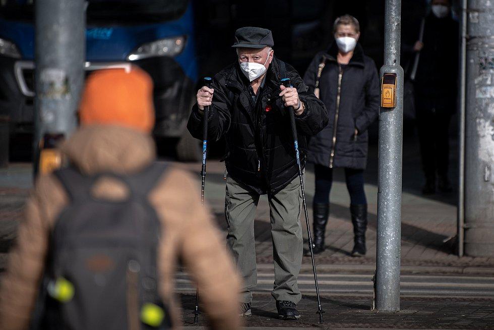 Muž s respirátorem na zastávce MHD, 25. února 2021 v Ostravě. Kvůli koronavirové epidemii začala platit povinnost na frekventovaných místech nosit respirátor nebo dvě jednorázové zdravotnické roušky přes sebe.