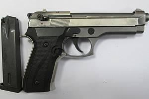 """Pistole sice byla """"jen"""" plynová, na první pohled však vypadala jako pravá. Při pohledu do ústí hlavně zažila řada lidí okamžiky hrůzy."""