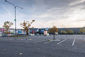 ŠTÍTEK  Avion Shopping Park. Prázdné parkoviště u OC Avion v Ostravě.  Ilustrační foto. 20157f86f60
