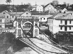 ŘÍŠSKÝ MOST. Na místě spadlého Řetězového mostu přes Ostravici byl vystaven ocelový most, který byl nazýván říšský. Byl zbourán v roce 1912.