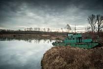 """Plovoucí korečkový bagr """"kotví"""" na břehu jezera Kamenec v Ostravě-Koblově."""