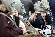 Boj za lepší ovzduší v Ostravě nekončí. Na tři desítky lidí se proto sešly ve středu po poledni před Novou radnicí a s maskami či rouškami na obličejích společně vyrazili v průvodu na Masarykovo náměstí.
