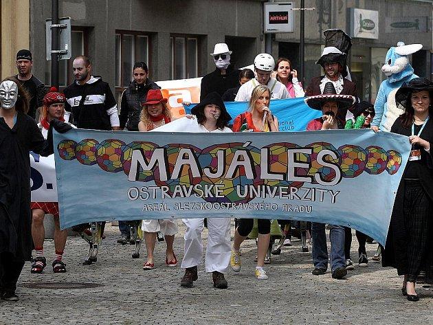 Majáles Ostravské univerzity ve středu zahájil tradičně pestrý průvod masek.