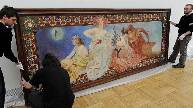 Unikátní dílo Alfonse Muchy Alegorie dramatických umění dorazilo do Ostravy. Plátno o rozměrech 4,07 krát 1,68 metrů dorazilo z Ivančic do ostravské Galerie výtvarného umění (GVUO).