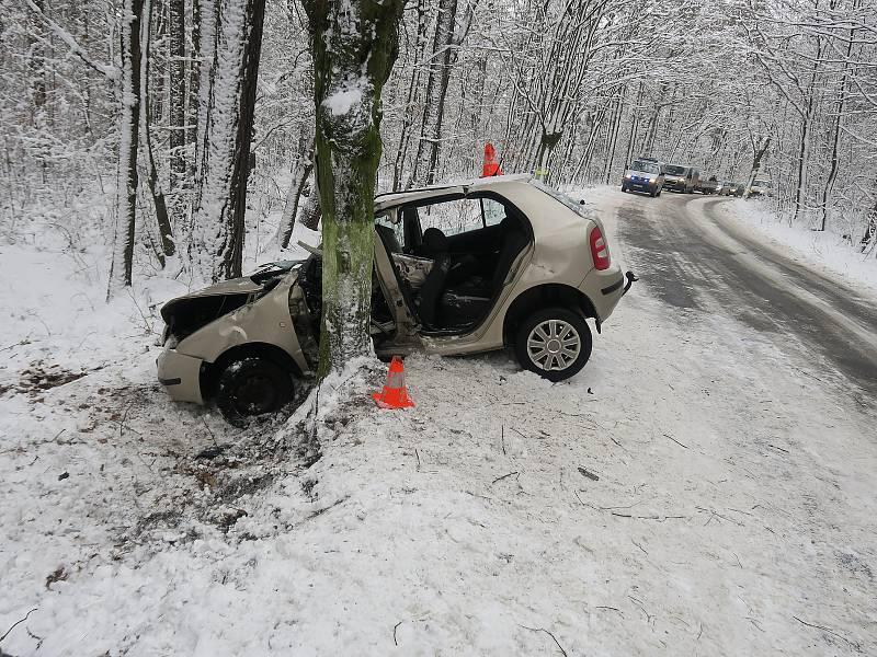 Nebýt dvojice mužů, řidič by loňskou nehodu na rozhraní Ostravska a Opavska zřejmě nepřežil. Foto: Policie ČR