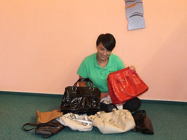MARCELA DUDOVÁ, fitness trenérka, se také zapojila do Kabelkového veletrhu Deníku. Na snímku se sbírkou od svých svěřenkyň.
