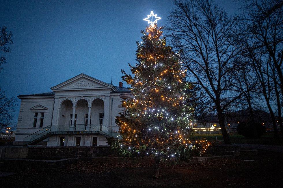 Vánoční strom v Kopřivnici v sadě Dr. Edvarda Beneše, 8. prosince 2020.