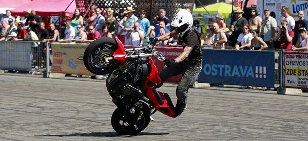 Adrenalin, spálené pneumatiky a kaskadérské kousky. To je stunt riding.