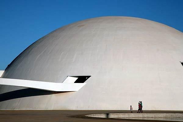 Fotografie budovy Národního muzea v městě Brasilii od Oscara Niemayera