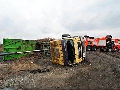 Hasiči vyprošťovali řidiče a auto na ostravské skládce.