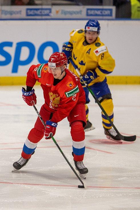 Mistrovství světa hokejistů do 20 let, semifinále: Švédsko - Rusko, 4. ledna 2020 v Ostravě. Na snímku (zleva) Danil Zhuravlyov (RUS), Rasmus Sandin (SWE).
