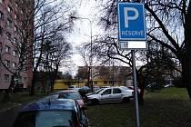 V městské části Ostrava-Poruba je řada vyhrazených parkovacích míst. Nová již radnice nepovoluje.