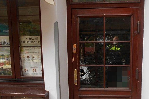 Stařenka se za pomocí sekery vloupala do této restaurace.