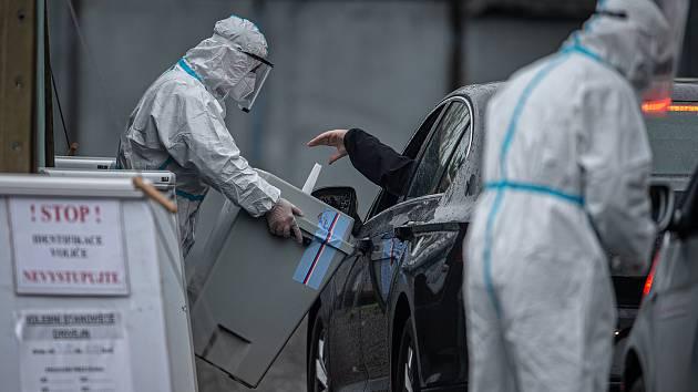 Covidové volby začaly. Jedno ze stanovišť pro volby drive-in ve Wattově ulici pro lidi, kteří museli kvůli koronavirové (COVID-19) nákaze do karantény, 30. září 2020 v Ostravě.