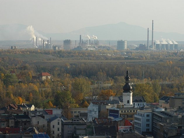 Z vyhlídkové věže ostravské Nové radnice je dnes vidět jako na dlani nejen centrum krajské metropole, ale i kolos ArcelorMittal.