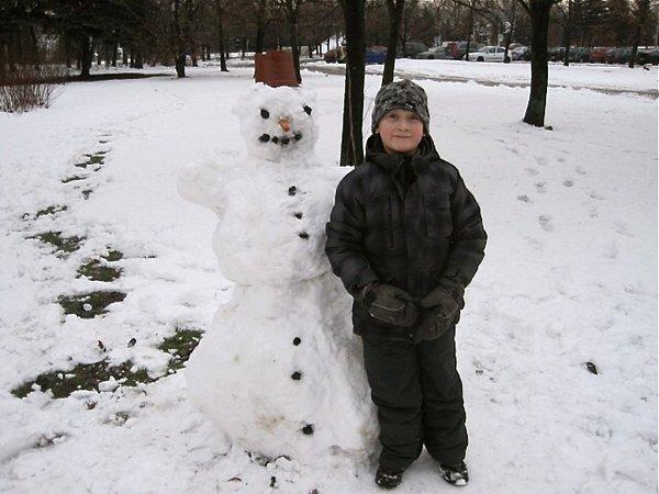 Sněhulák zLechowiczové ulice. Ion na tváři Jeníka vykouzlil krásný úsměv.