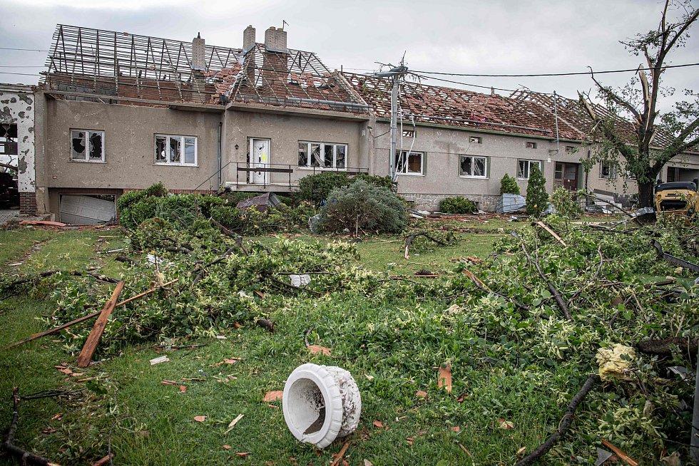 Následky tornáda v Moravské Nové Vsi na Břeclavsku na snímku z 25. června 2021.