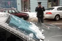 Masa zmrzlého sněhu poničila v úterý kolem poledne auta v centru Ostravy.