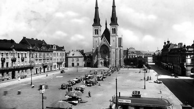 PŘÍVOZ. Náměstí Svatopluka Čecha na počátku 30. let. Prostor před kostelem byl využíván jako tržiště.