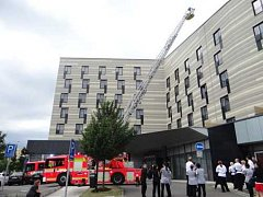 Hasiči na závěr za velkého zájmu evakuovaných hostů hotelu Park Inn vyzkoušeli automobilový žebřík AŽ 30 Camiva.