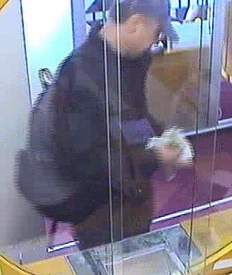 Loupež za bílého dne se vpondělí odehrála vOstravě-Porubě. Neznámý muž kolem poledne vstoupil do pobočky Raiffeisenbank vOpavské ulici a po obsluze požadoval vydání peněz.