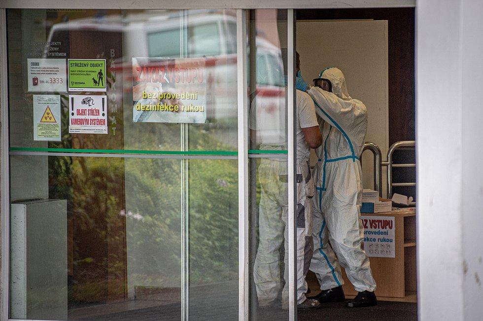 Armádní zdravotníci přijeli na pomoc s plošným testováním zaměstnanců Dolu Darkov v souvislosti s nákazou koronaviru (DOVID-19), 23. května 2020 na Karvinsku.
