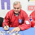 Sedm velkých jmen vítkovické historie - legendy před úvodním buly nedělního zápasu 26. kola extraligy proti Litvínovu pokřtily knihu 90 let hokeje ve Vítkovicích. Mezi první a druhou třetinou se konala autogramiáda.
