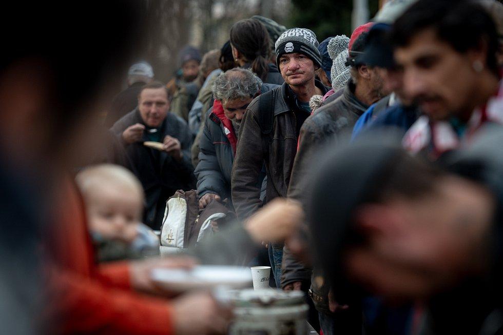 Aktivisté z ostravského kolektivu Food Not Bombs rozdávají jídlo před nádražím Vítkovice,  24. listopadu 2019 v Ostravě.