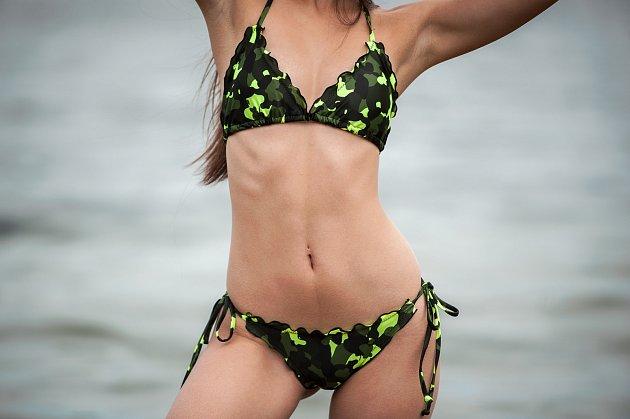 """Ilustrační foto - plavky od firmy Relleciga s modelkou Veronika """"Vindy"""" Krejčí na hlučínské štěrkovně."""
