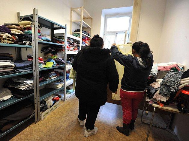 Klienti sociálního šatníku mohou jednou týdně čerpat materiální pomoc.